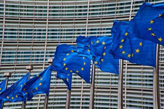 EU:n lippuja rakennuksen edessä