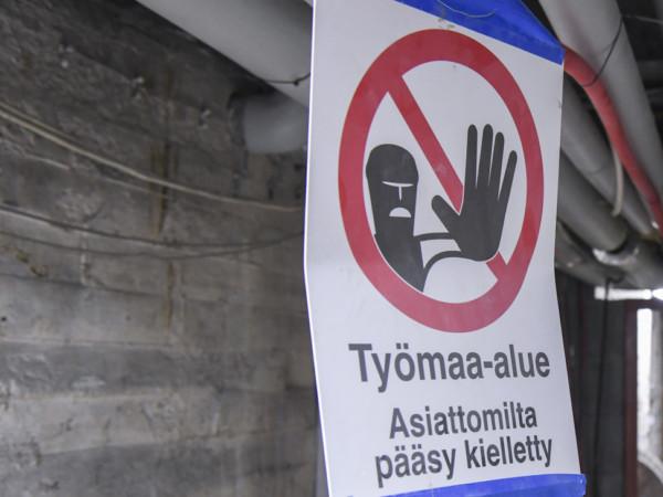 Helsinkiläiseltä koulutyömaalta löytyi useita työnteko-oikeudettomia työntekijöitä -Artikkelikuva